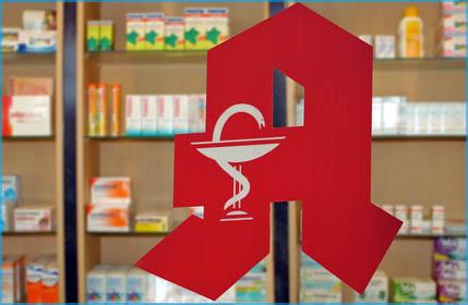 Apotheken Zeichen mit Medikamenten im Hintergrund