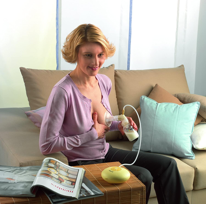 Frau beim Milch Abpumpen mit der Medela Swing